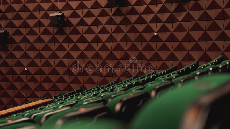 Retro sedili di sedili del cinema del teatro del pubblico d'annata di film, verde, nessuno fotografie stock libere da diritti