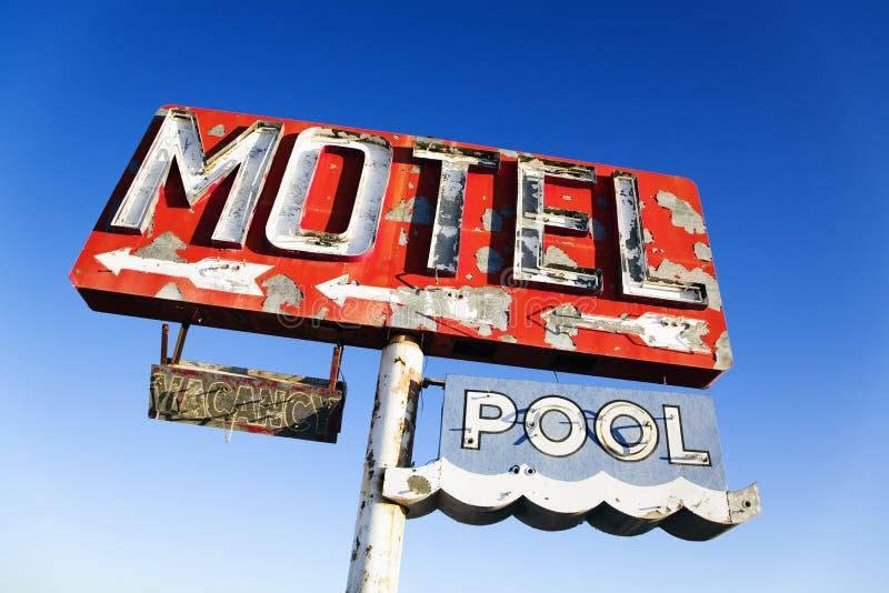 Retro segno esposto all'aria del motel fotografia stock libera da diritti