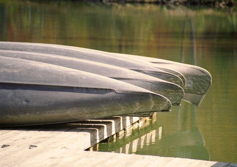 Retro seque las canoas atracadas imagenes de archivo