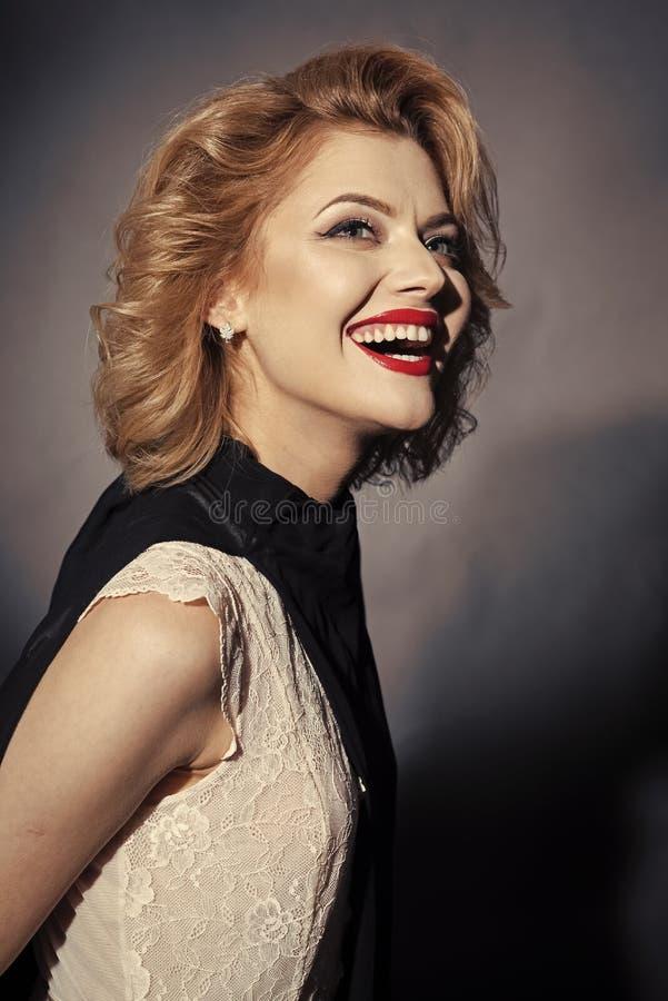 Retro- sinnliche glückliche Frau mit dem blonden Haar, Antlitz stockfoto