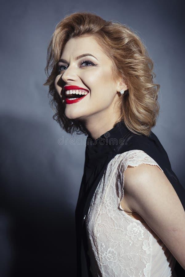 Retro- sinnliche gl?ckliche Frau mit dem blonden Haar, Antlitz lizenzfreie stockbilder