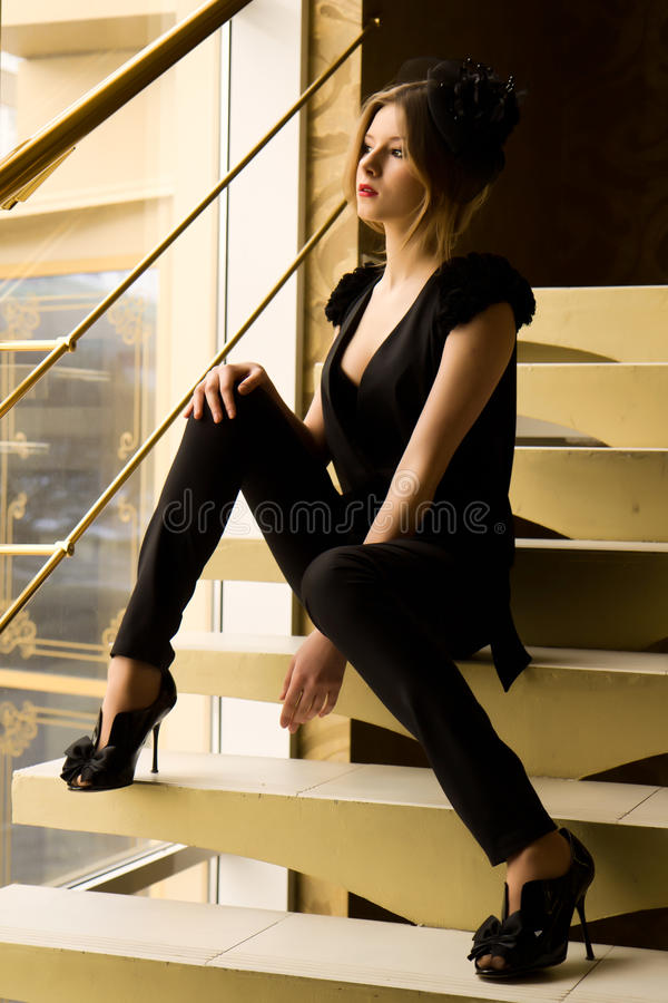 retro sittande trappakvinna royaltyfri bild
