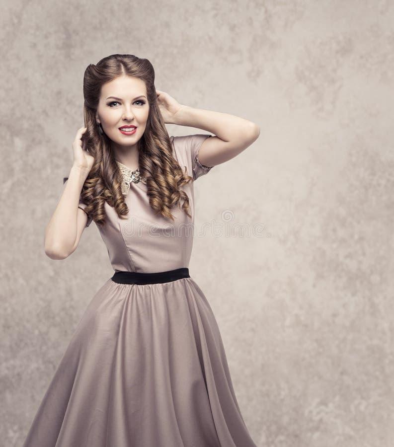 Retro skönhetfrisyr för kvinnor, modemodell i tappningklänning arkivbild