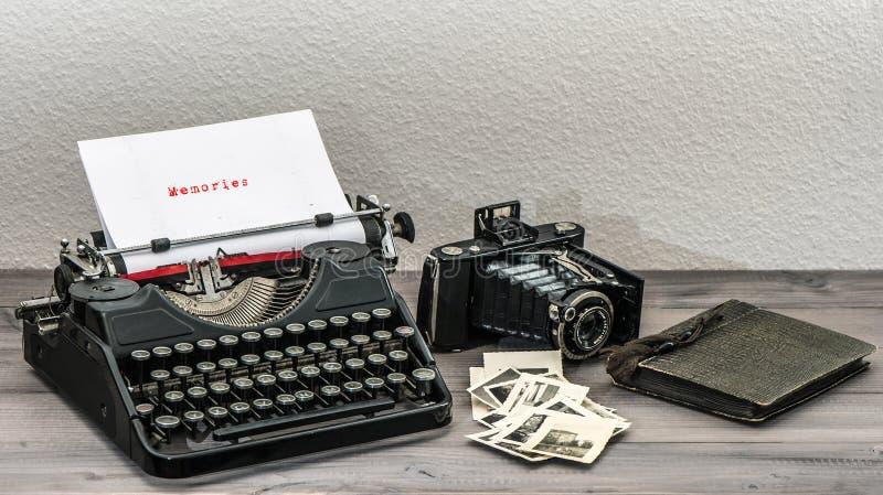 Retro skrivmaskins- och tappningfotokamera royaltyfri bild