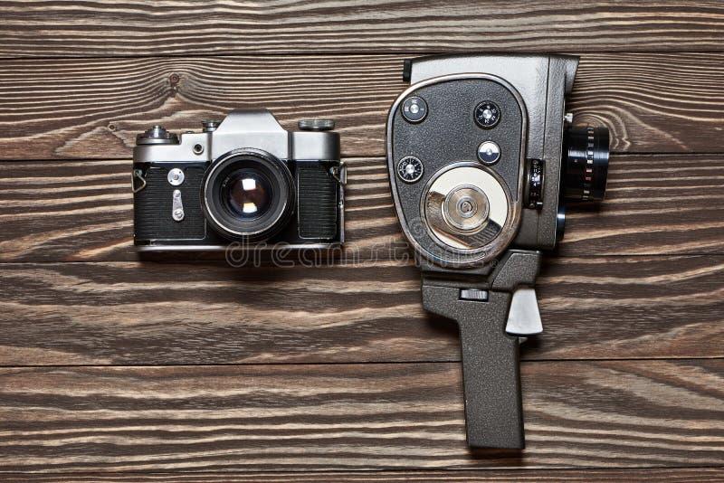 Retro SLR-camera en mechanische filmcamera op houten backgroun royalty-vrije stock afbeeldingen
