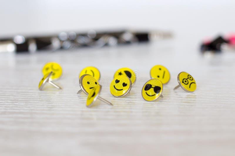 Retro Smiley Face Emoticon Push Pins royaltyfri bild