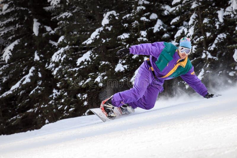 Retro snowboarder sui pendii fotografia stock