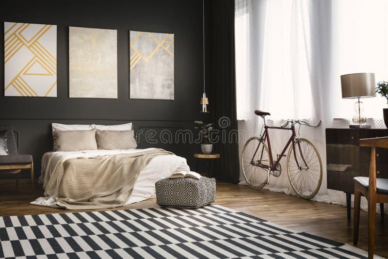 Retro sovrum med cykeln royaltyfria foton