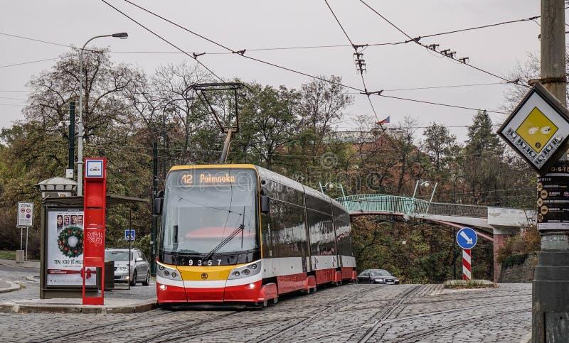 Retro spårvagn på gatan av Prague, Czechia fotografering för bildbyråer