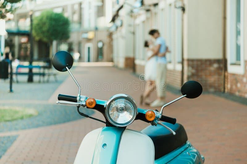 Retro sparkcykel som parkeras på stadsgatan arkivfoto