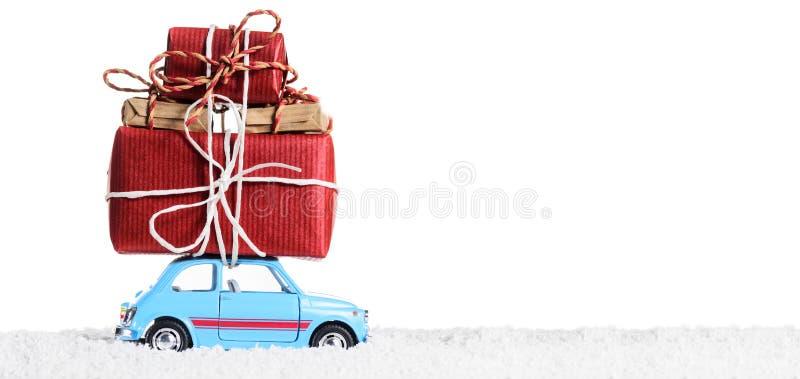 Retro- Spielzeugauto mit Weihnachtsgeschenken lizenzfreie stockbilder