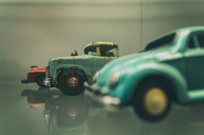Retro- Spielzeugautos lizenzfreie stockfotografie