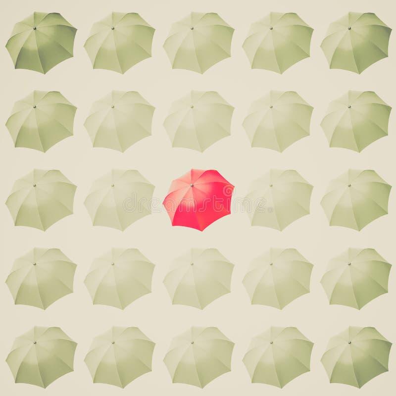 Retro spojrzenia Czerwony parasol wśród bielu zdjęcia royalty free