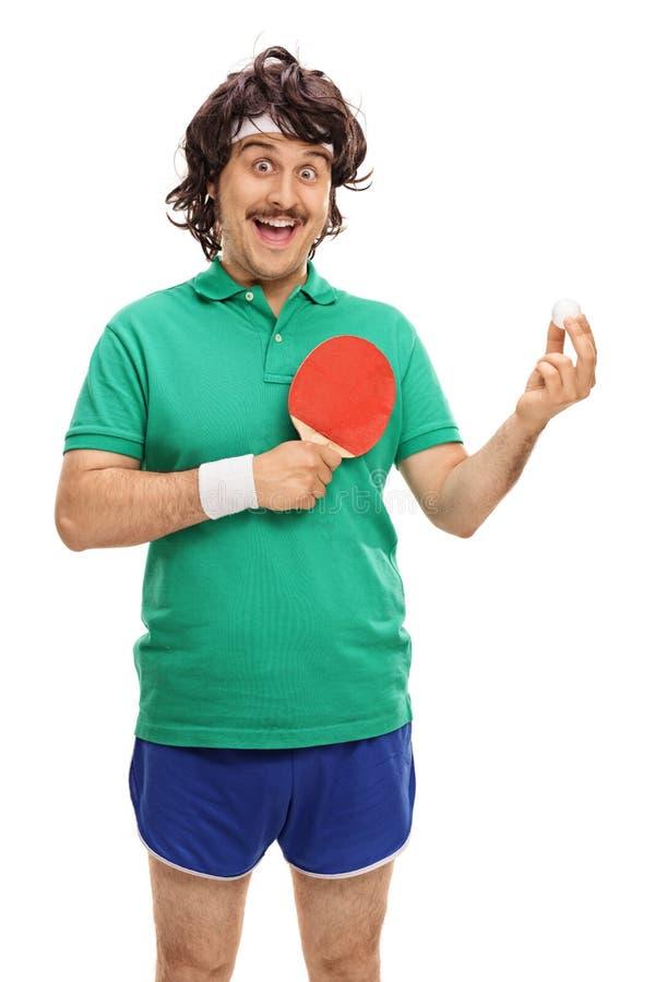 Retro- Sportler mit einem Tischtennisschläger und einem Ball stockfotos