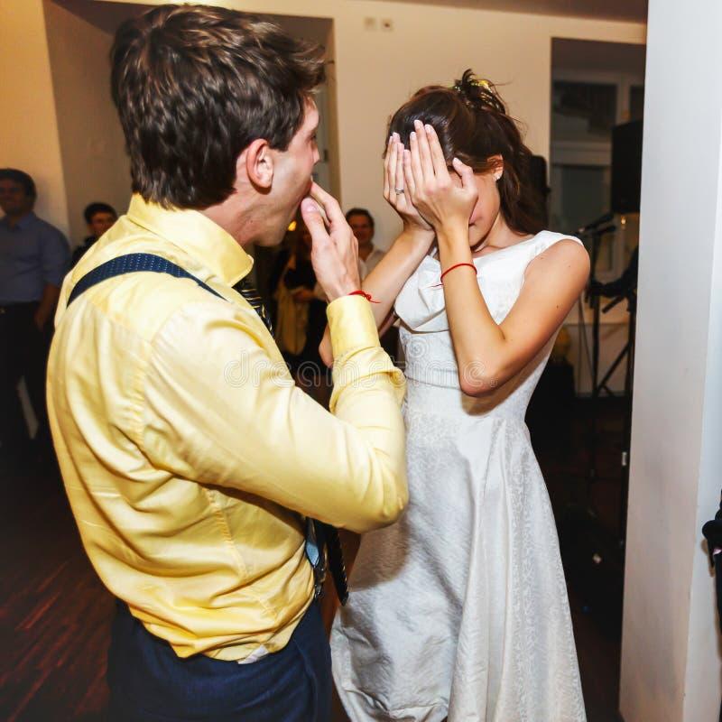 Retro sposa alla moda e sposo che gridano sul primo swi di ballo di nozze immagini stock libere da diritti