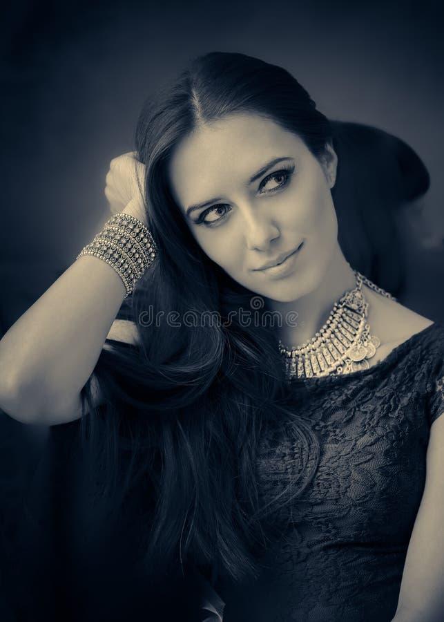 Retro stående för ung kvinna i svartvitt royaltyfri bild
