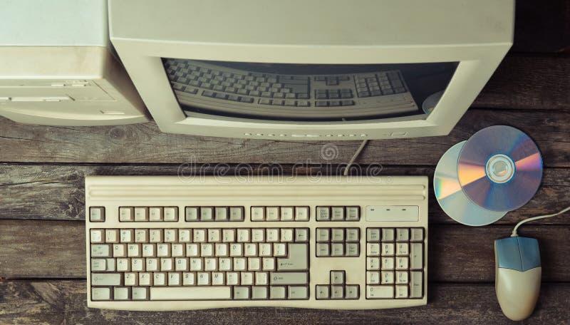 Retro stacjonarny komputer na nieociosanym drewnianym biurku, rocznika workspace Monitor, klawiatura, komputerowa mysz, odgórny w zdjęcie stock