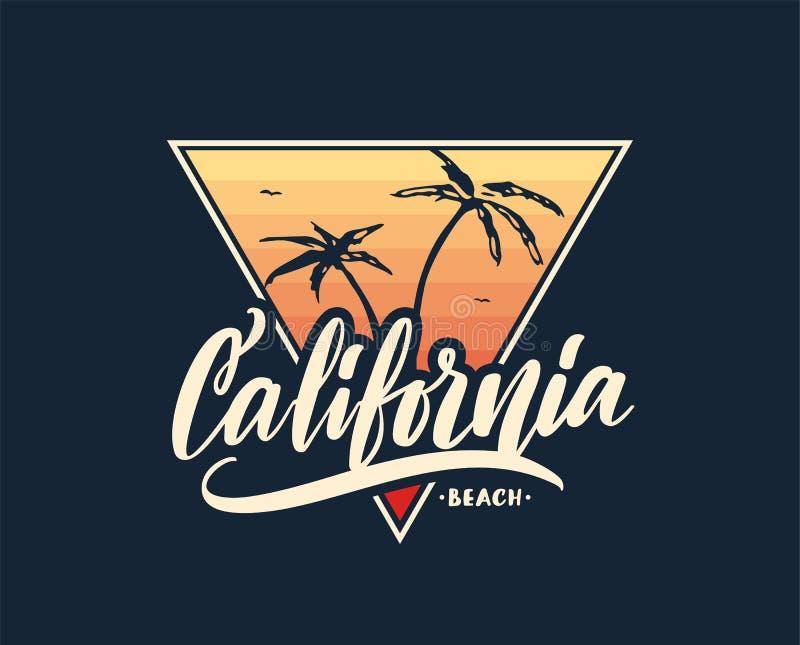 Retro stampa con iscrizione scritta a mano della palma della spiaggia e di California sul fondo di tramonto Progettazione della m illustrazione di stock