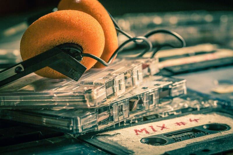 Retro- Stapel der Kassette auf Holztisch stockfotografie