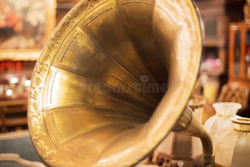 Retro stary gramofon, antyczny dokumentacyjny gracz z żółtą drymbą zamkniętą w górę zdjęcia stock