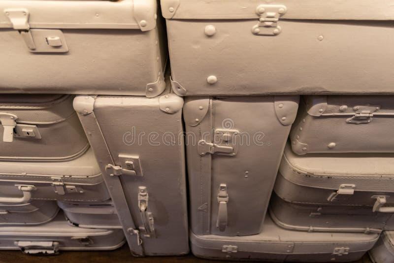 Retro stijl abstracte achtergrond maakte van delen van uitstekende die koffers in witte kleur worden geschilderd royalty-vrije stock afbeelding