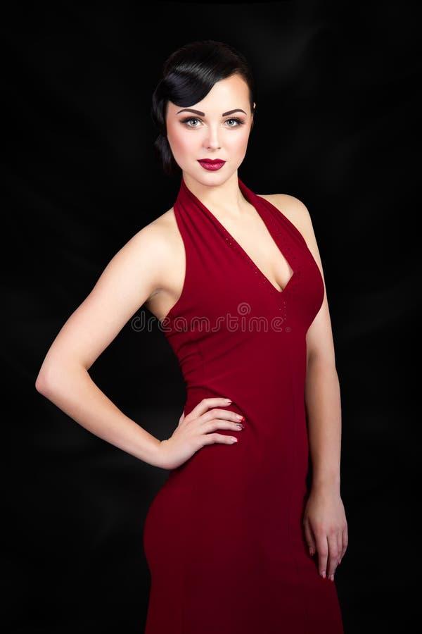 Retro stijl donkerbruine vrouw met hand op haar taille royalty-vrije stock foto's