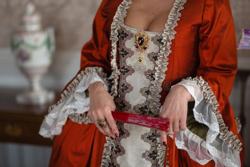 Retro stijl koninklijke middeleeuwse bal - het Majestueuze paleis met schitterende mensen kleedde zich in koning en van de koning stock foto