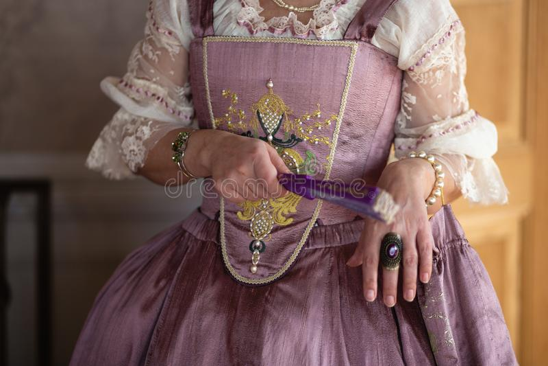 Retro stijl koninklijke middeleeuwse bal - het Majestueuze paleis met schitterende mensen kleedde zich in koning en van de koning stock foto's