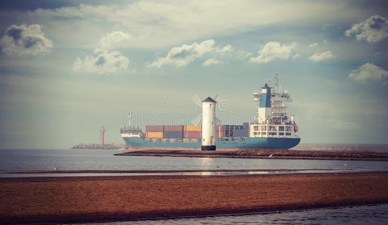 Retro stijlbeeld van windmolen en schip die haven verlaten royalty-vrije stock foto's
