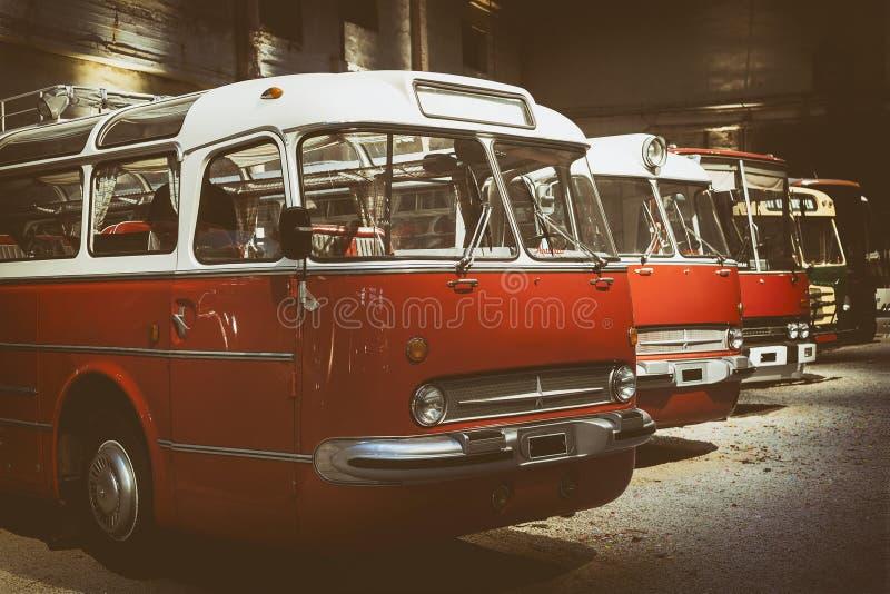 Retro stijlbussen binnen hangaar gestemd Selectieve nadruk royalty-vrije stock foto