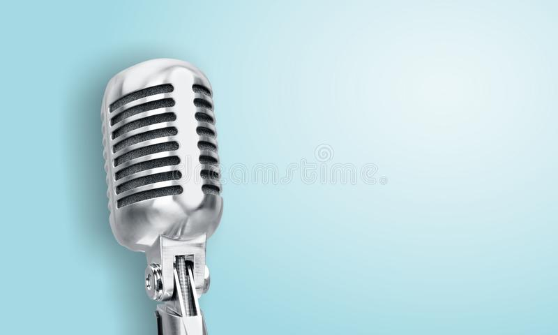 Retro stijlmicrofoon op blauwe achtergrond royalty-vrije stock fotografie