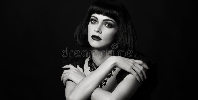 Retro-stil - porträtt av en vacker kvinna royaltyfri foto
