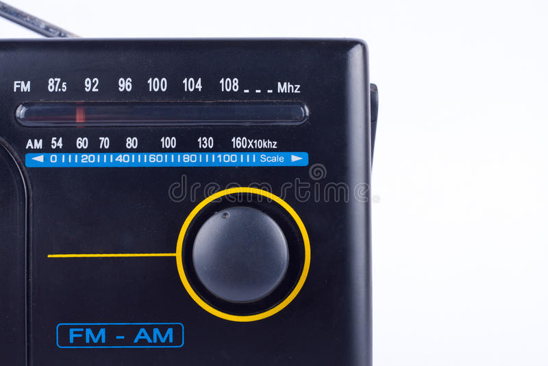 Retro stile d'annata nero, ricevitore del transistor della radio portatile di FM su fondo bianco immagine stock libera da diritti