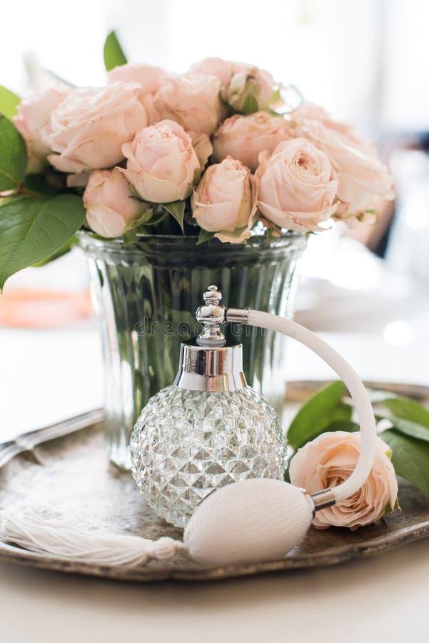 Retro stile della composizione elegante, bottiglia di profumo d'annata fotografia stock libera da diritti