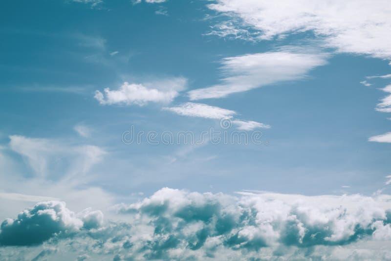 Retro stile di colore del retro delle nuvole del cielo del fondo del cloudscape fondo lanuginoso bianco della natura immagine stock