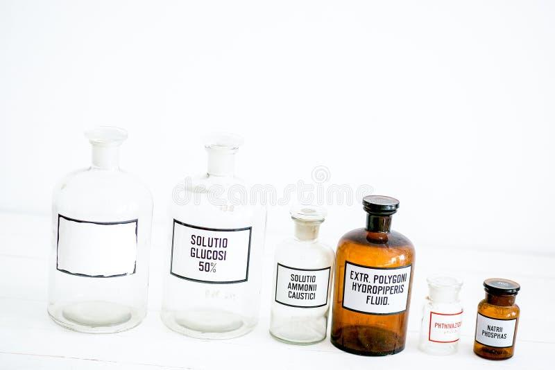 Retro stilfull design f?r antika medicinska glasflaskor arkivbild