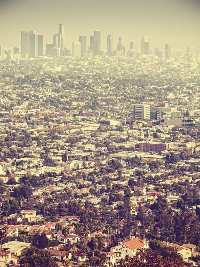 Retro stiliserad flyg- sikt av Los Angeles som ses till och med smog, USA fotografering för bildbyråer