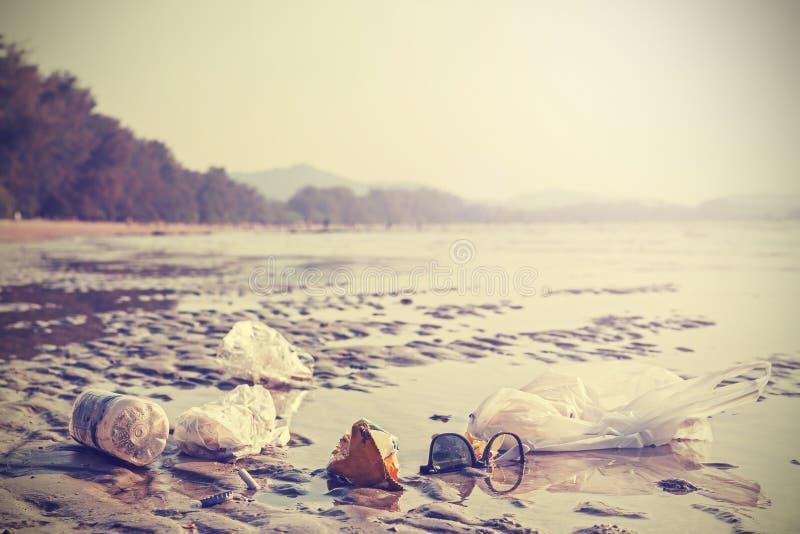 Retro- stilisiertes Bild des Abfalls auf einem Strand stockbilder
