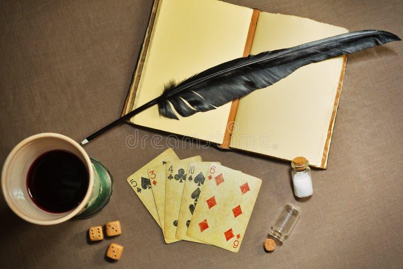 Retro stilleben som är passande för hasardspelare, poet eller författare arkivfoto