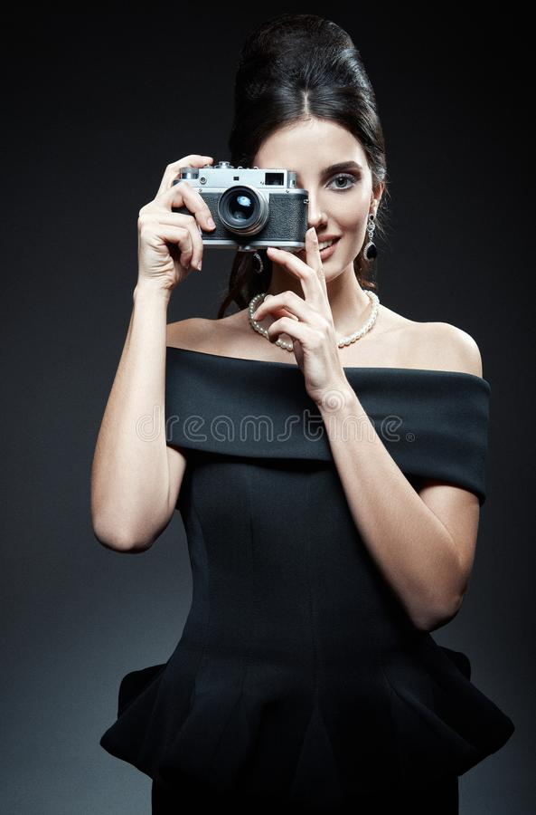 Retro strza?: pi?kna m?oda kobieta fotografuje star? ekranow? kamer? Rocznika portret u?miechni?ta wspania?a dziewczyna w 60s sty fotografia stock