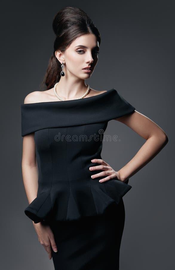 Retro strzał: piękna młoda kobieta w studiu Rocznika portret urocza dziewczyna w 60s stylu Arystokratyczna elegancka dama w czern obrazy stock