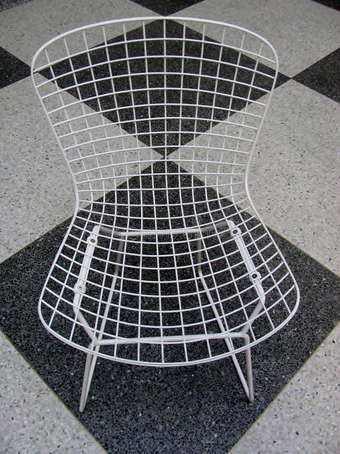Retro- Stuhl auf kariertem Schwarzweiss-Boden stockfotos