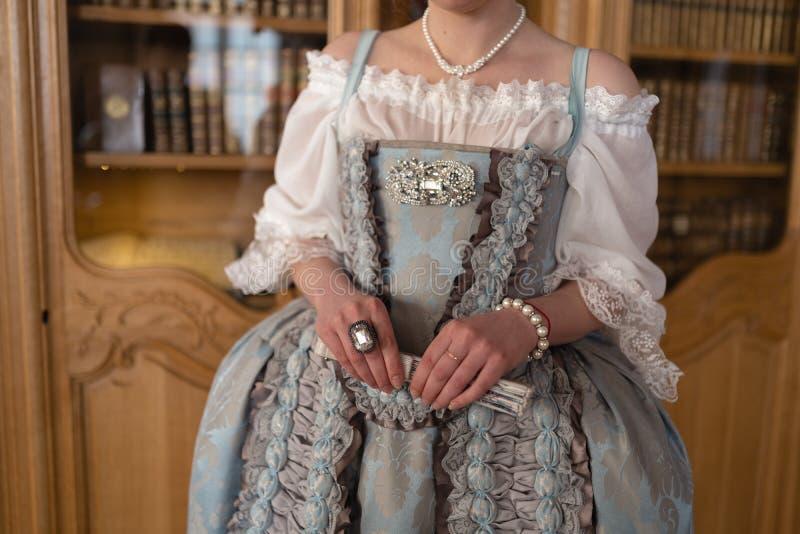 Retro stylowa królewska średniowieczna piłka - Majestatyczny pałac z wspaniałymi ludźmi ubierał w królewiątku i królowa obrazy royalty free