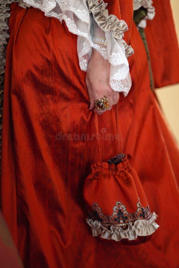 Retro stylowa królewska średniowieczna piłka - Majestatyczny pałac z wspaniałymi ludźmi ubierał w królewiątku i królowa obraz royalty free