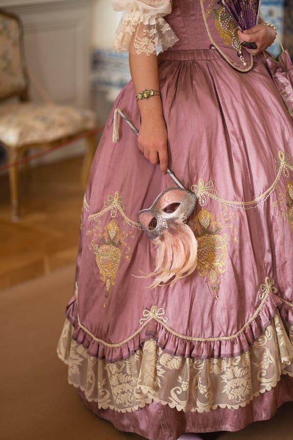 Retro stylowa królewska średniowieczna piłka - Majestatyczny pałac z wspaniałymi ludźmi ubierał w królewiątku i królowa fotografia stock