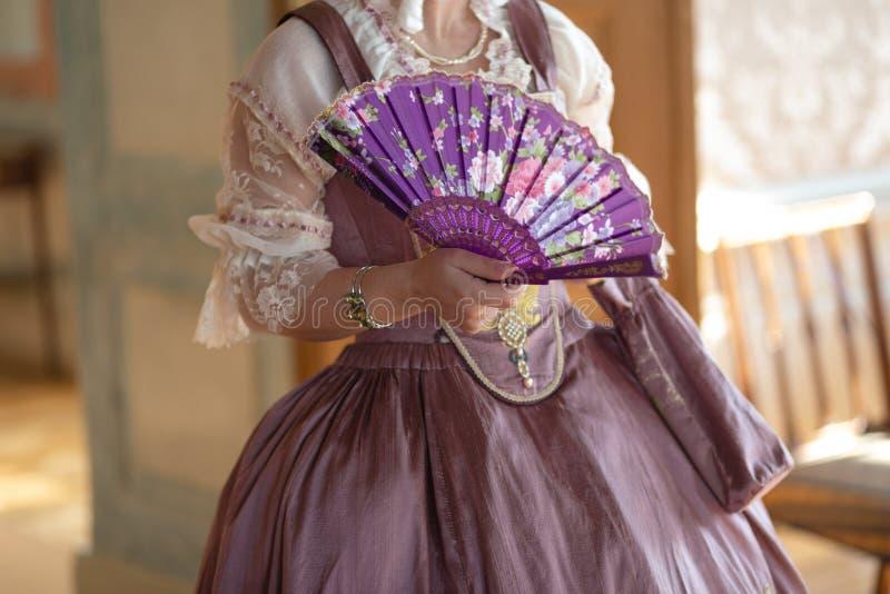 Retro stylowa królewska średniowieczna piłka - Majestatyczny pałac z wspaniałymi ludźmi ubierał w królewiątku i królowa zdjęcia royalty free