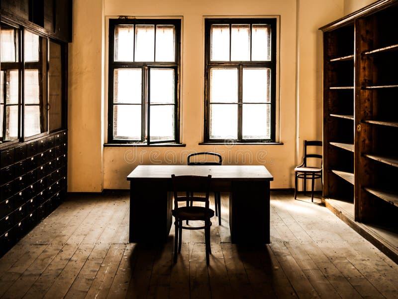 Retro stylowy biurowy pokój z drewnianym stołem, starymi krzesłami i gabinetami, Rocznika temat obrazy stock