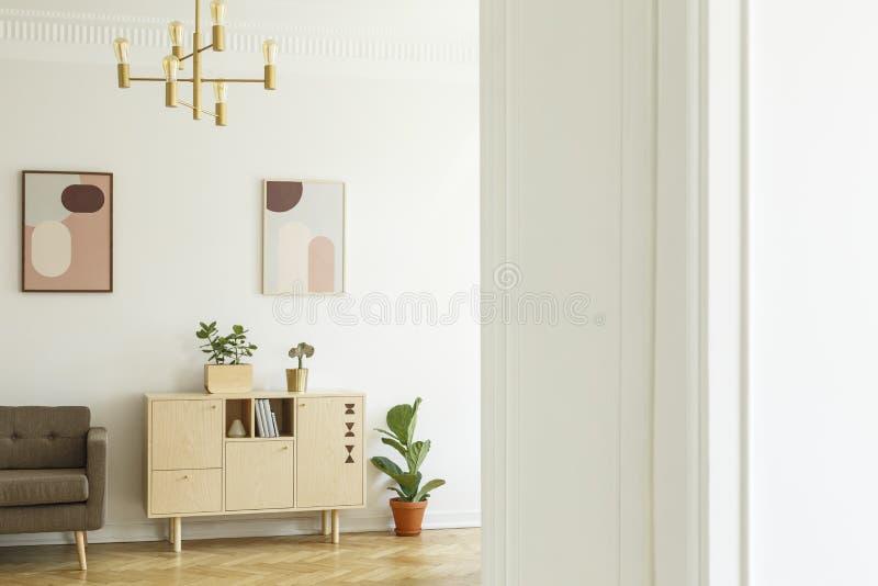 Retro stylowy mieszkania wnętrze z minimalistycznym, drewnianym gabinetem, zdjęcie stock