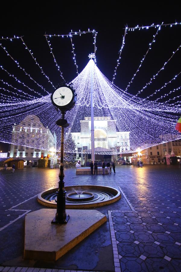 Retro stylu zegar i dekoruje oświetleniowy namiotowy śródmieście w Timisoara obrazy stock