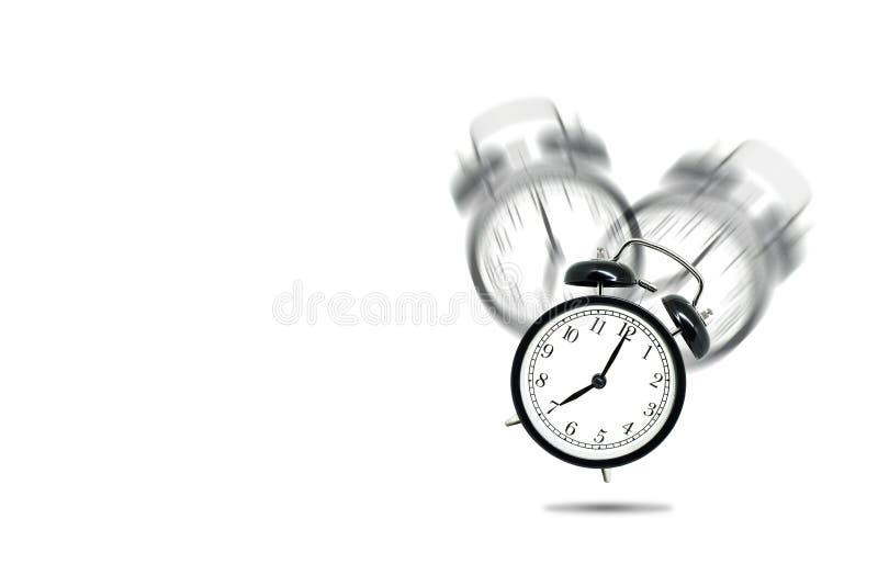 Retro sveglia nera che avvisa a sette in punto su fondo bianco royalty illustrazione gratis